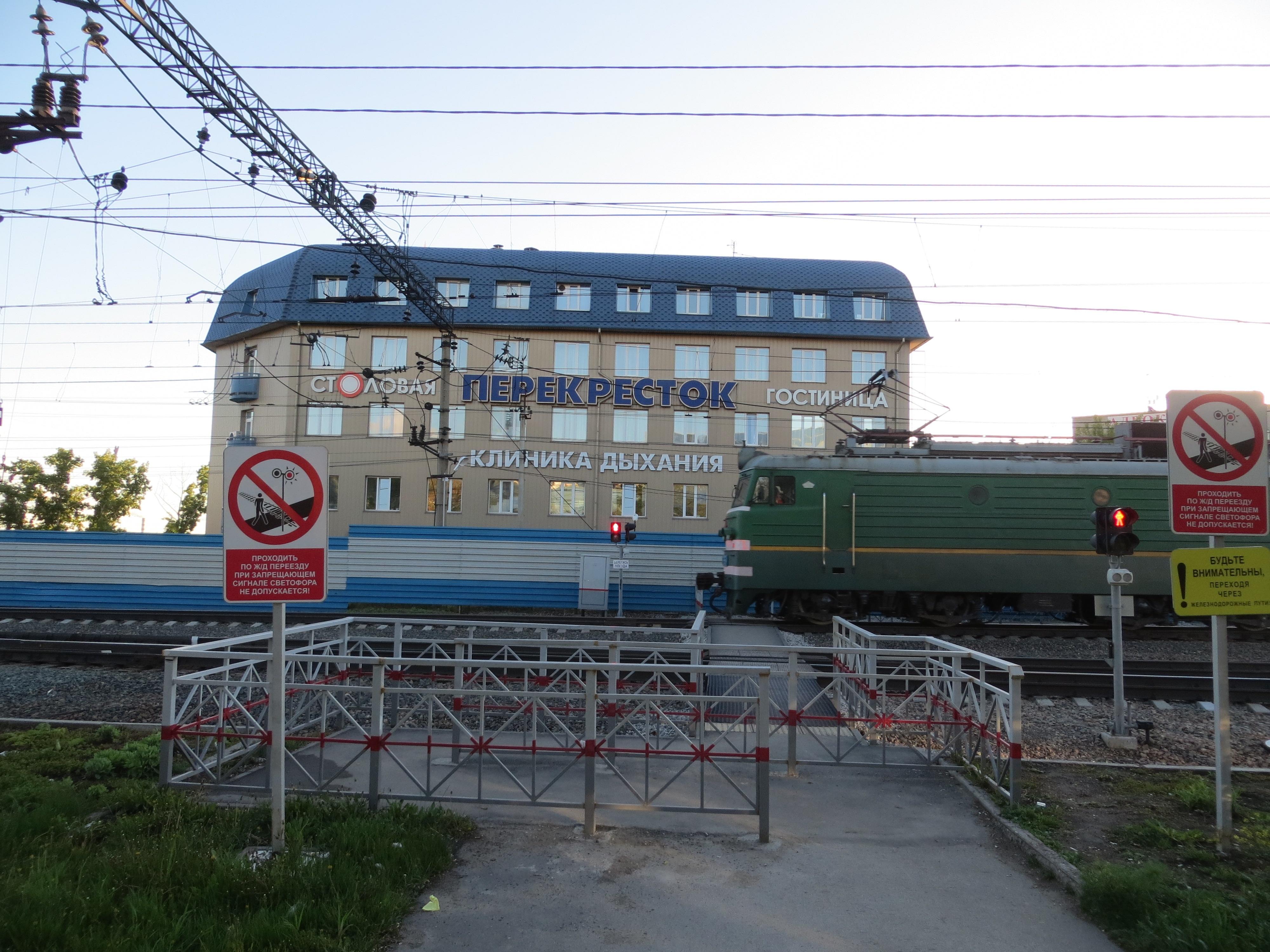 DEN TRANSSIBIRSKE JERNBANEN PASSERER RETT UTENFOR HOTELLVINDUET VÅRT